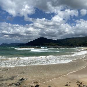 日本海の青い海と白浜(鳴き砂)「清ヶ浜」(山口県阿武町)