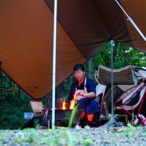 雨の日に焚き火を楽しむ方法 | 必需品と7つのコツ
