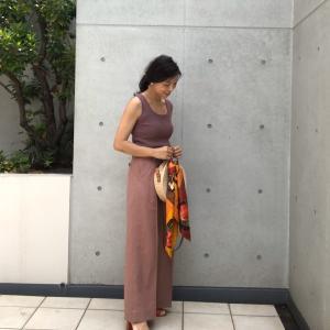 【GU×TOMORROWLAND ブラウンのワントーンコーデに添えたい「スカーフ使い」】