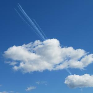 京都の空にブルーインパルスのスモーク