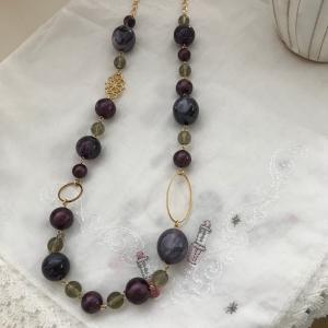 パープル色のネックレス
