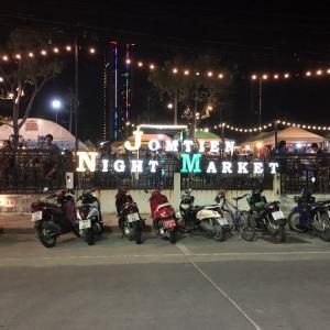 パタヤのジョムティエンビーチに移動した。夜のナイトマーケットは活気があってすごかった