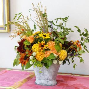 ブリキのバケツに秋色の花を集めて。