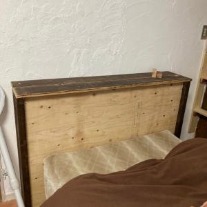 ベッドボードと隙間に棚