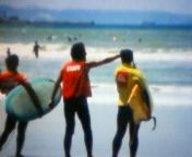 日曜日の波、肩~頭、毎年恒例のキッズサーフィンコンテスト。