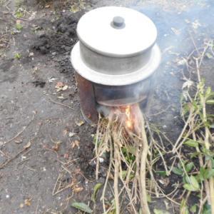 寒い日の家庭菜園の草むしりはかまどで暖を取りながらモツ煮