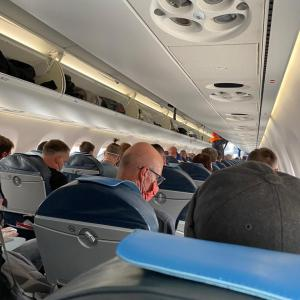 【COVID-19】米国人から送られてきたこの時期の飛行機の機内の様子