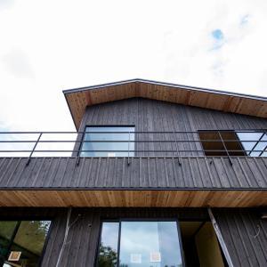 山の上のセカンドハウス③「杉板張りの外壁」