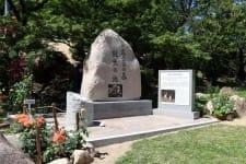 「火垂るの墓」記念碑の除幕式 物語の一場面記した石碑も