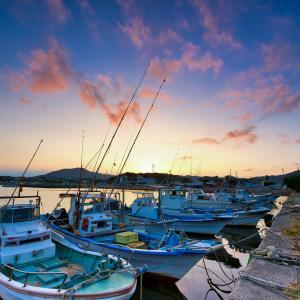 小さな漁港の夕日