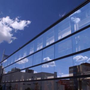 映り込みの青空と東京スカイツリー