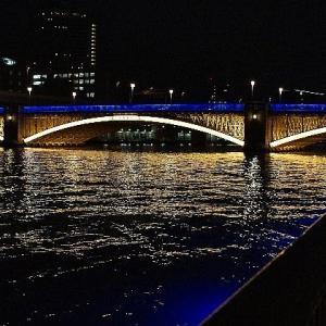 隅田川にかかる橋のライトアップ