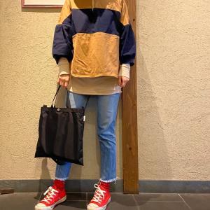 冬も使える長袖のポロシャツは、ちょっとだけいつもと違う合わせ方を。