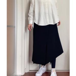 シンプルな白シャツだから色んな合わせ方を楽しめる