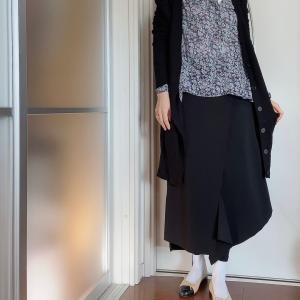柄のあるモノや濃い色を着るときに合わせやすい無印のシャツ