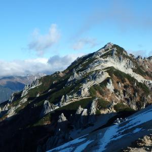 紅葉と雪化粧アルプスの女王燕岳へ