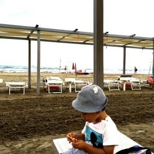イタリアのビーチで私はクレイジーママ!!