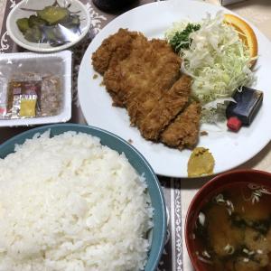 とんかつ定食を出前して食べました。