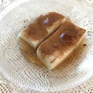 旅行先で出会った味の再現レシピ。ミルクゼリー、シナモンパウダーかけ。