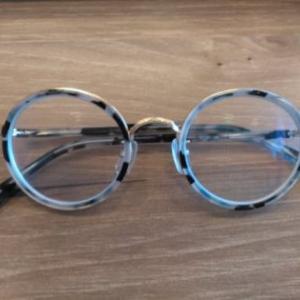 新しいまるメガネと、メガネケースに大中小があることを知ったお話。