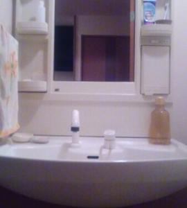 シンプルにこだわりすぎて、ラベルをはがしていた以前。こだわらない現在。例えば洗面所。