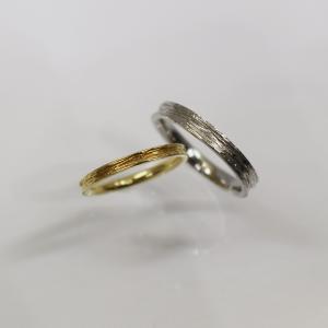見る角度によって表情が変わるシンプルなご結婚指輪 雅 元町店
