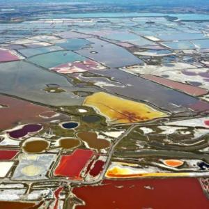「中国の死海」運城塩湖にカラフルな景色が出現 山西省運城市