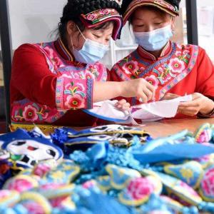 チャン族伝統の刺しゅうで、豊かな生活を目指す 陝西省