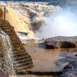 端午節連休に美しい風景と民俗体験を楽しむ観光客 陝西省