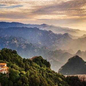 夕焼けに映える西岳華山