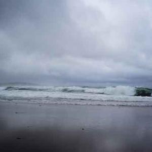 梅雨空と海