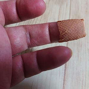 ツヴィリングの包丁で指を切ってしまいました!痛かったです!傷テープと指サックで治療しました。