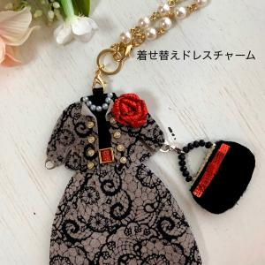 ポルカドット着せ替えドレスチャーム 長袖ドレスに薔薇のブローチとファーバッグをコーディネート♡