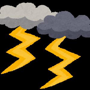 急な豪雨と雷で前が見えず。恐怖の運転…とお知らせ