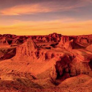 赤い砂の惑星!モンゴル・バヤンザク!突如現れる赤土の荒涼とした大地「炎の壁」!
