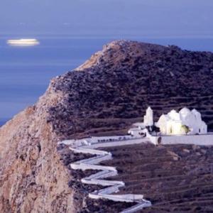 ジグザグに続く白い坂に先には!ギリシャ領の島フォレガンドロス島・パナギア教会!
