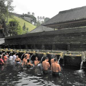 地元の人にも大人気!万病に効く聖水が湧き出る寺院
