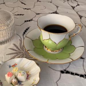 休憩のお茶はマイセンのコーヒーカップで