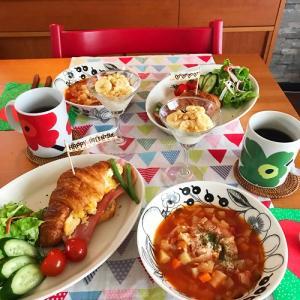 クロワッサンドと具だくさんスープの朝ごはん