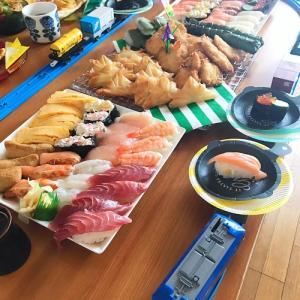 楽しくおうちごはん♪プラレール回転寿司やってみました