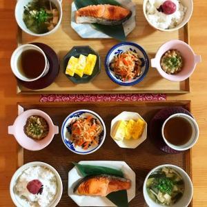 豆皿並べて今日の朝ごはん と 鬼滅ごっこ…?!