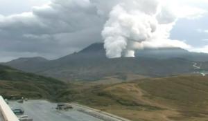 曇天の中の火山