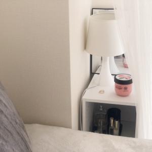 ベッドの枕元に置いているもの︎ㅤベッドの枕元にスリムタイプのカラーボックスを置いて...