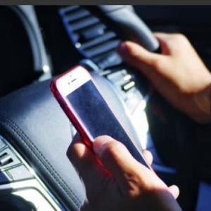 スマホの「ながら運転」今日から罰則強化開始! 点数引き上げで即免停の対象に