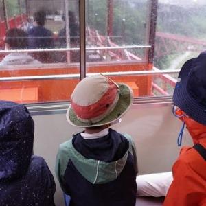 黒部峡谷鉄道の普通客車(壁なし)で、座るべき場所はここだ。