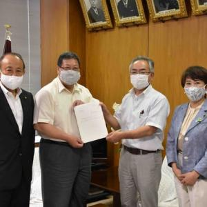 議会改革検討委員会の報告書を議長に提出