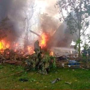 スルの離島に新型コロナ医薬品や機器を運搬していた軍輸送機着陸炎上45名死亡