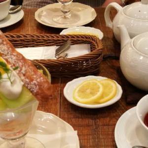 アフタヌーンティールーム「メロンとミルク杏仁のパフェ」 メッチャおいしい!