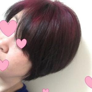 髪はピンク