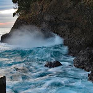 伊東八景・汐吹海岸 汐吹岩から迫力の潮吹き